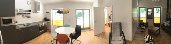 Ansicht von Wohnzimmer und Küche im Yogahaus