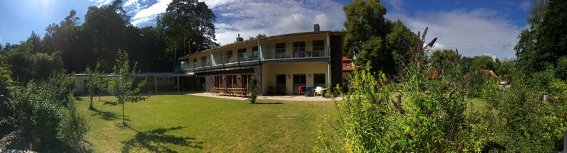 Yogahaus Südansicht und Garten